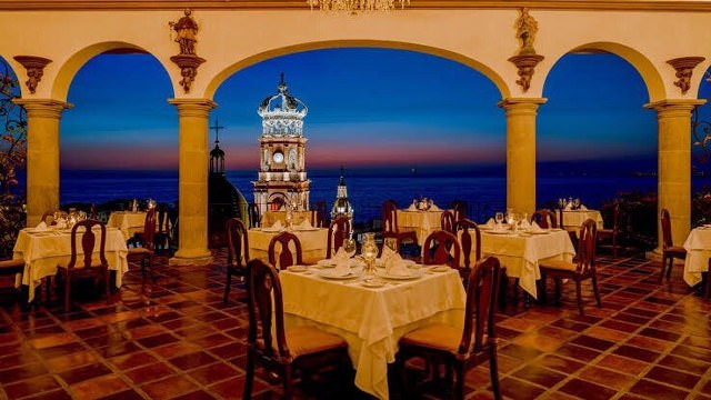 Dining tables in restaurant La Coppella in Puerto Vallarta